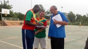 Jean Paul Rebatet (droite) et ses adjoints analysant les statistiques des joueurs