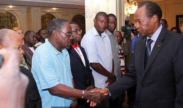 Blaise Compaoré saluant les proches des victimes à Kossyam (© DIRCOM/PF)
