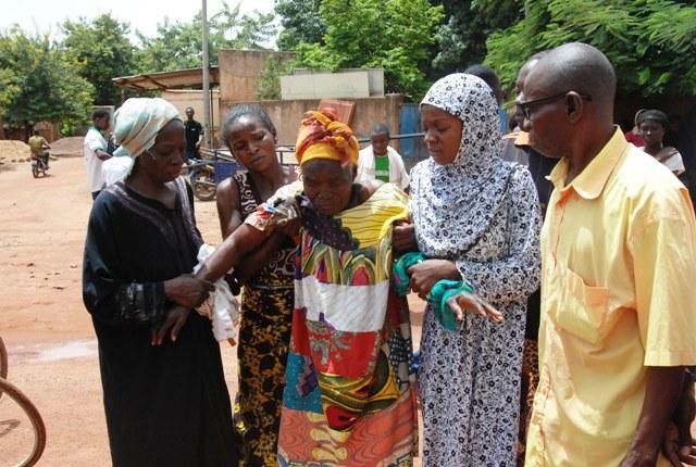 Cette vieille femme a essuyé les tirs de la CRS (© Burkina 24)