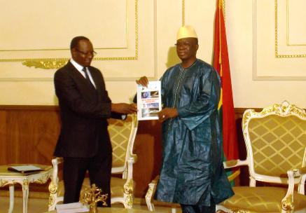 Le Président de l'ARCEP remettant le rapport 2013 au Premier ministre (© Burkina 24)