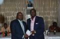 Yacouba Ouédraogo président de l'EFO Moustapha Degtounda(droite) après avoir recupéré le chèque de 10 millions comme recompense a promis une équipe conquerante sur le plant africain