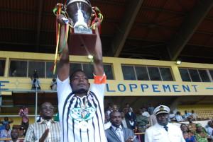 Le capitaine du RCB M'Bah Koné même s'il n'a pas joué a brandi le trophée de la Coupe du Faso 2014