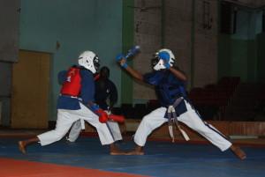 Un combat de Yoseikan Budo avec une arme courte utilisée à la main droite