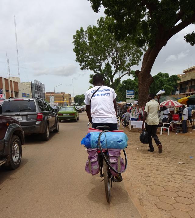Carlos Bossouvi, sur le départ pour la 8e étape de son périple (© Burkina 24)