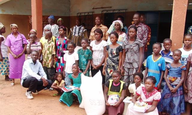 """L'Association """"Jean Yves Denis"""" espère avec ces dons aider ces filles à triompher sur le chemin du savoir (© Burkina 24)"""