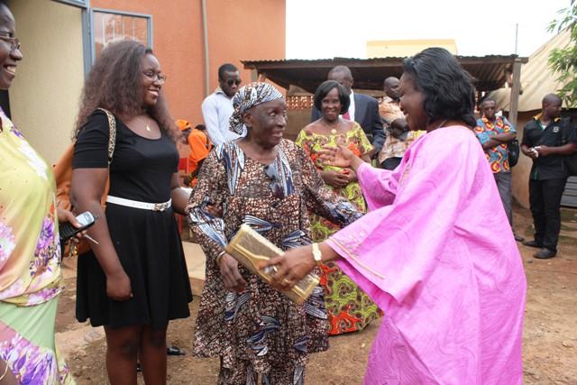 L'épouse du Premier ministre accueillie par Lucie Kaboré/Traoré (foulard)  (© L'Obs)