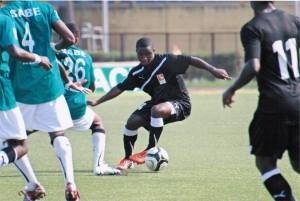 Abdoul Karim Nikièma (ballon au pied) veut s'imposer avec son club la SOA