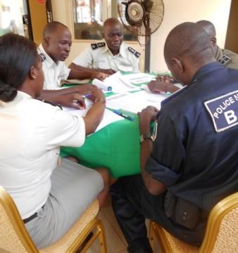 Des agents de la police en travaux de groupe lors de l'atelier de Bobo. ©Amnesty Burkina