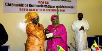 L'administrateur du FAISE remettant le chèque de 75 millions à l'ambassadeur du Sénégal au Burkina. ©Burkina24