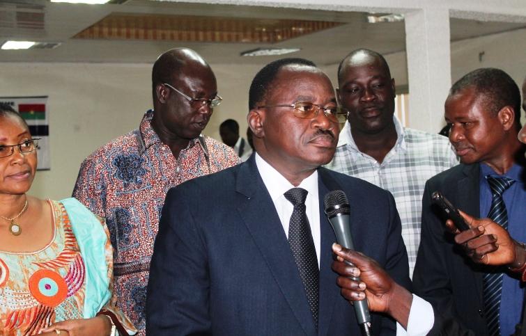 LE Ministre de la Culture et du Tourisme répondant aux questions des journalistes lors de la cérémonie de lancement. ©Burkina24