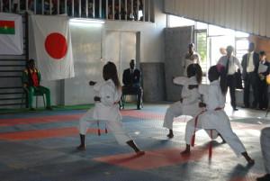 L'équipe de Réo a impressioné le jury en kata fille et a remporté la médaille d'or dans cette catégorie