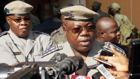 Le Directeur général de la Police nationale, Roger Zango, lors l'opération de collecte de sang (© Burkina24)