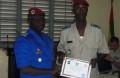 Le sergent Hervé Yonli, major de la promotion, recevant son diplome