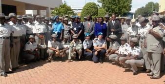 Les participantes, posant avec leurs formateurs et Thomas Dakouré (lunettes), conseiller technique et représentant du ministre de l'administration territoriale et de la sécurité