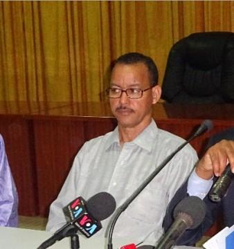 A droite, Mossa Ag Attaher, porte-parole du MNLA expliquant les revendications des mouvements de l'Azawadé. Jeudi 18 septembre 2014. ©Burkina24