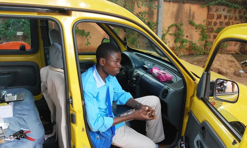 Prosper Nignan, installé dans son véhicule (studio mobile)(©Burkina24)