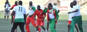 Le Président de l'Assemblée Nationale Soungaola A. Ouattara (extrême droite) et le Président du conseil administration de Special Olympics Burkina représentant par Eddie Komboigo ont donné du plaisir aux déficients intellectuels à travers un match de football unifié (ph. Special Olympics Burkina)