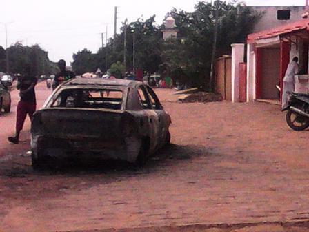 Une voiture retrouvée « calcinée » à Larlé (©Burkina24)