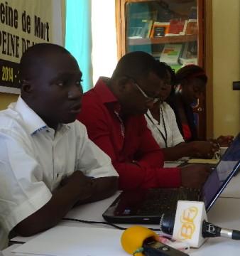 Une équipe d'Amnesty Burkina face échangeant avec des journalistes, ce vendredi 10 octobre 2014. © Burkina 24