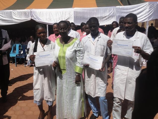 """La fondatrice de l'école privée de santé """"Sainte Edwige"""", Ilboudo/Diallo R. Edwige, remettant des diplômes aux nouveaux agents de santé (©Burkina24)"""