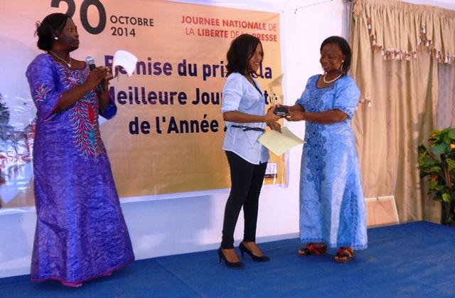 Aïssata S recevant son prix des mains de Mme la Chargée de Programmes de DIAKONIA
