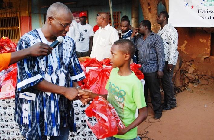 Cheick Zerbo, élève en classe de CM2, recevant ses fournitures scolaires des mains de Me Bouba Yaguibou, député maire de la commune de Po(©Burkina24)