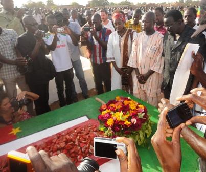 Dépôts de gerbes sur les 13 Tombes dont celle présumée de Thomas Sankara.