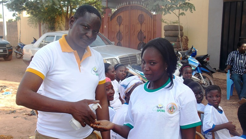 Drabo Souleymane, coordonnateur de l'association SPHERE, distribuant le gel anti septique aux participants, pour prevenir la contraction du virus Ebola(©Burkina24)