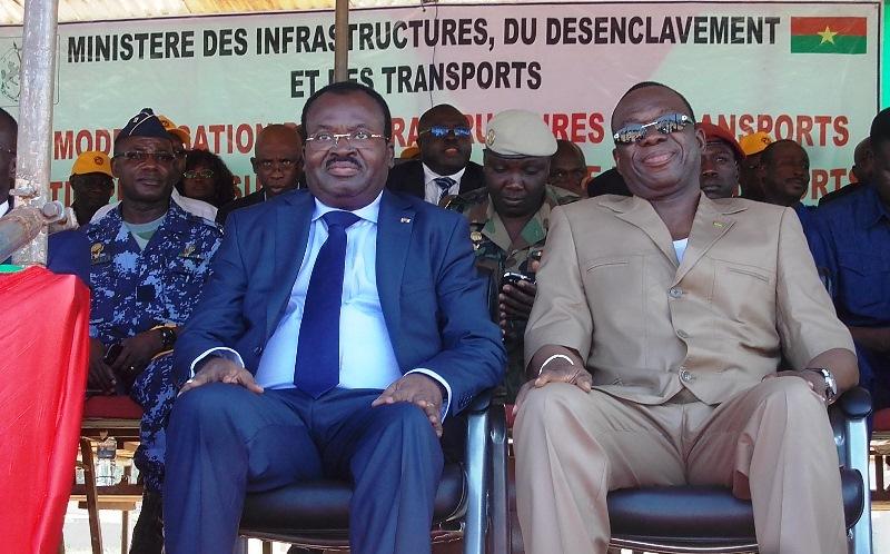 Le premier ministre togolais Kwesy Seleagbodji Ahoomey- Zounou( en bleu) et le premier ministre burkinabé Luc Adolphe Thiao, au lancement des travaux