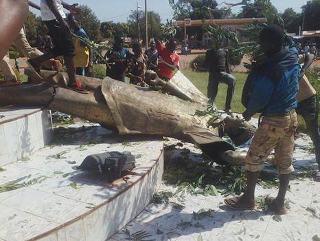 Un monument dédié à Blaise Compaoré à Bobo-Dioulasso détruit par des manifestants (© DR)