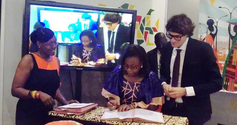 Signature de la convention par Aminata Daillo Glez(en bleu).
