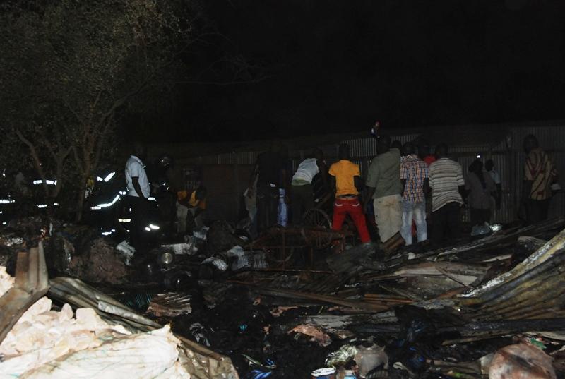 Les riverains ont aidé les sapeurs pompiers à venir à bout de l'incendie (© Burkina 24)