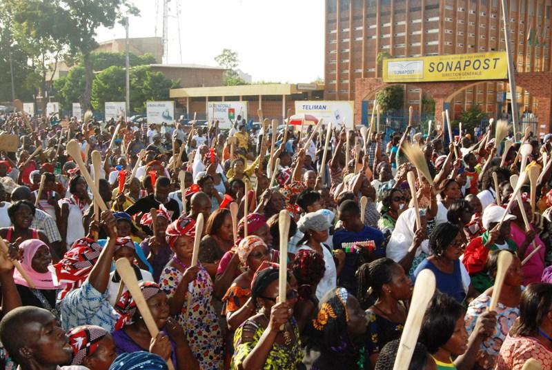 Les manifestantes sur l'Avenue de la Nation (© Burkina 24)