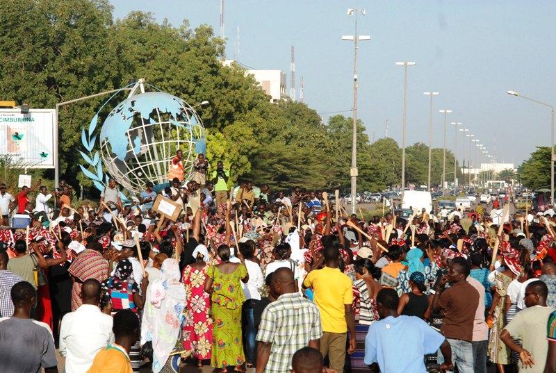 Les manifestants au rond-point des Nations Unies (© Burkina 24)