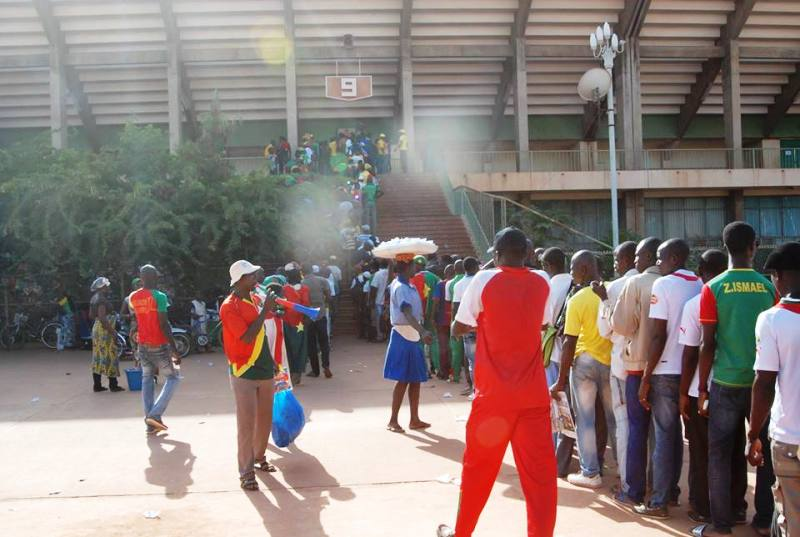 Les supporters devant les guichets du stade (© Burkina 24)