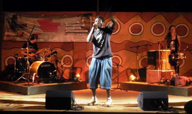 Joey le Soldat en prestation live à Ouagadougou avec Numa et Mama'J ©FB