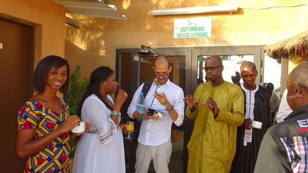 Les membres du groupe de travail sur la régulation à une pause, entre deux sessions. Crédit Photo: Justin/Burkina 24