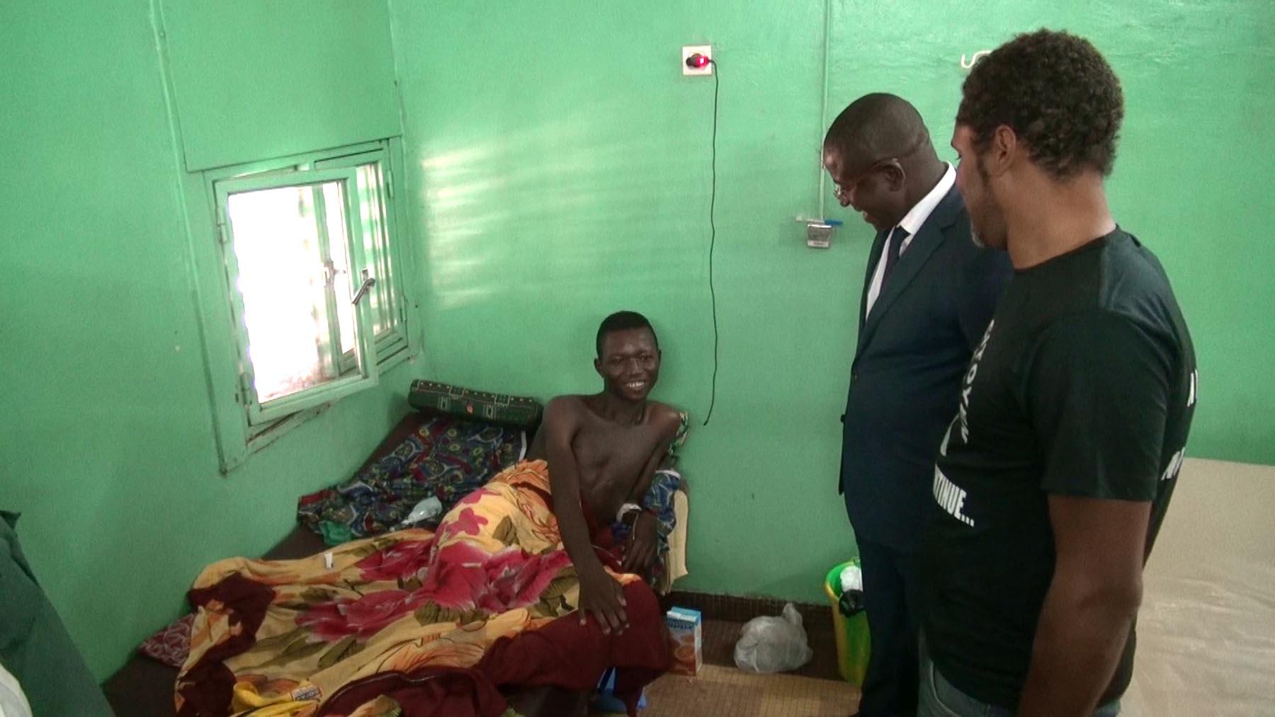 """Les représentants du """"Balai Citoyen"""" avec un blessé (© DR)"""