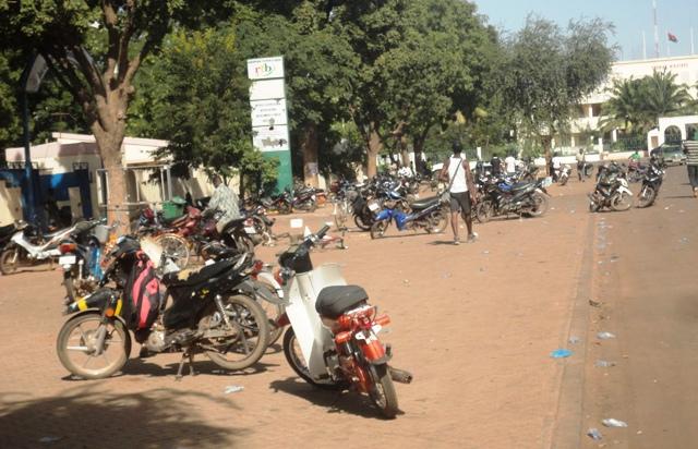 Plusieurs personnes avaient abandonné leurs engins devant la RTB. Accidents de la circulation provoquée par les tirs de sommations. (©Burkina24)