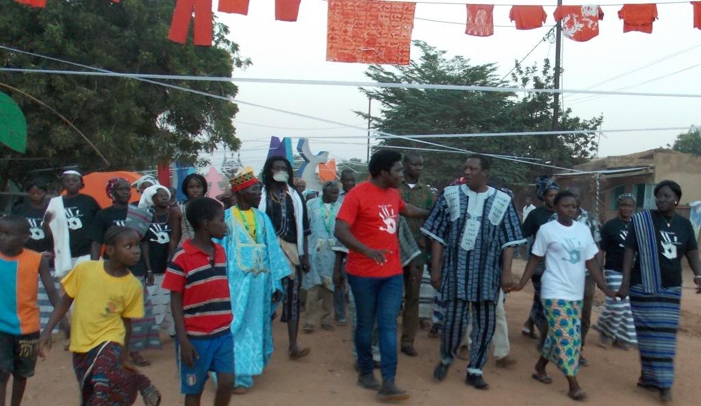 Les habitants du quartier, le maire, les artistes et chef du quartier se tenant la main à l'ouverture du vilage des Récréatrales