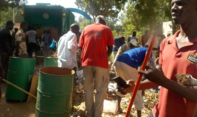 Ils sont sortis nombreux nettoyer la cour de la RTB (© Burkina 24)