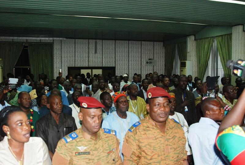 Les représentants des militaires ont participé à cette plénière et entonné l'hymne national avec tous les participants après l'adoption de la charte (© Burkina 24)