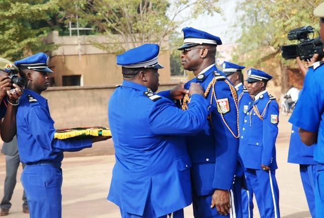 Le Lt Issa Boro recevant sa décoration des mains du Col Tuandaba Coulibaly, Chef d'état-major de la gendarmerie nationale (© Burkina24)