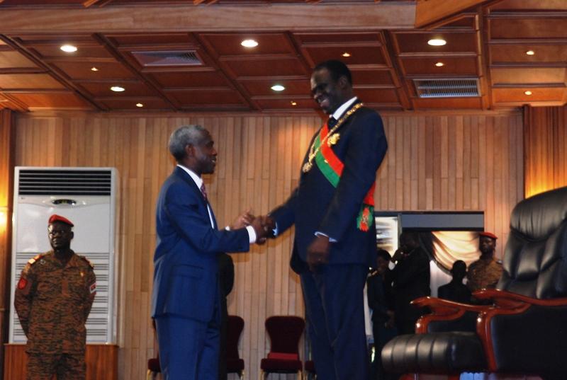 L'ambassadeur des Etats-Unis au Burkina saluant le Président de la transition (© Burkina24)