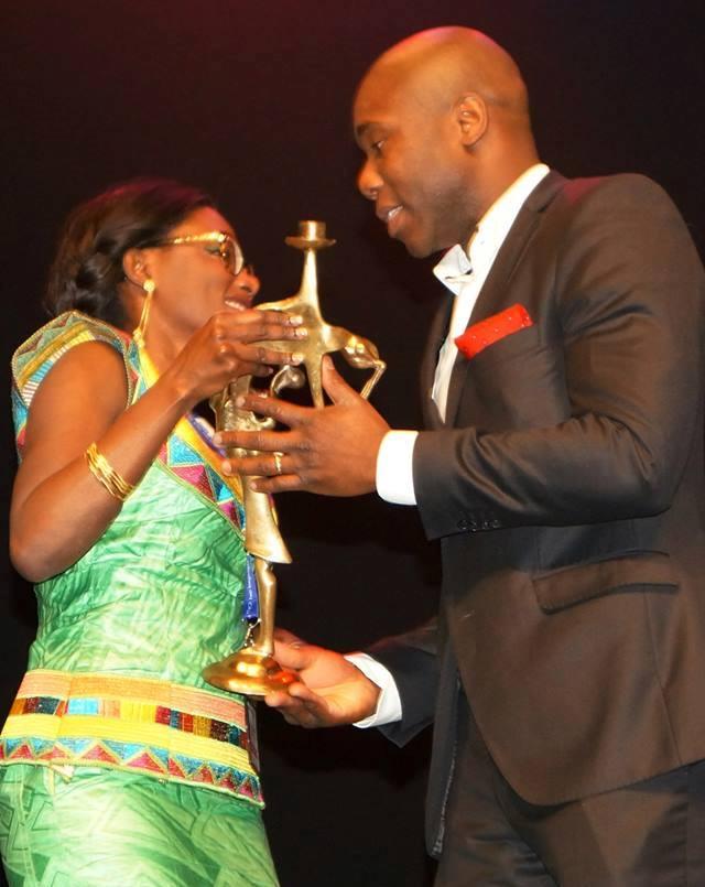Abraham Bayala recevant le prix décerné à Burkina 24 lors de la soirée gala MBC 2014. ©PaulaRabasquinho