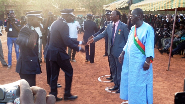 Le ministre Auguste Denise Barry a ensuite félicité les récipiendaires. (©Burkina24)