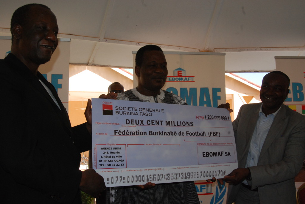 Mahamoudou Bonkoungou (à gauche) qui avait promi 200 millions de francs aux Etalons lors de la CAN 2013 a enfin tenu sa promesse