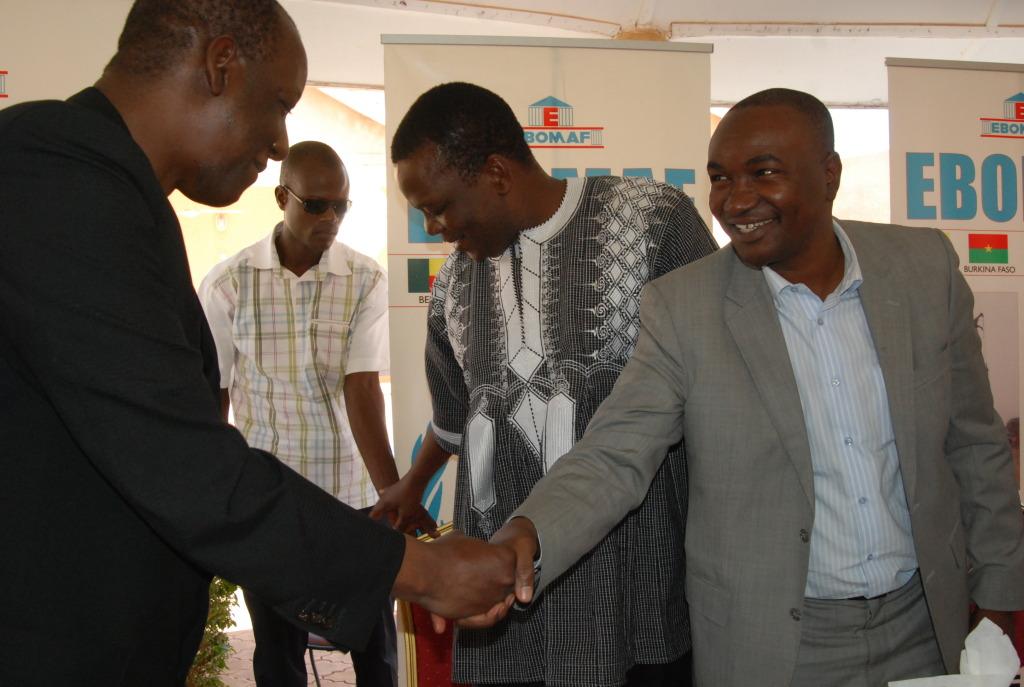 Poignée de main de la réconciliation entre l'opérateur économique Mahamoudou Bonkoungou (à gauche) et le Président de la FBF Sita Sangaré