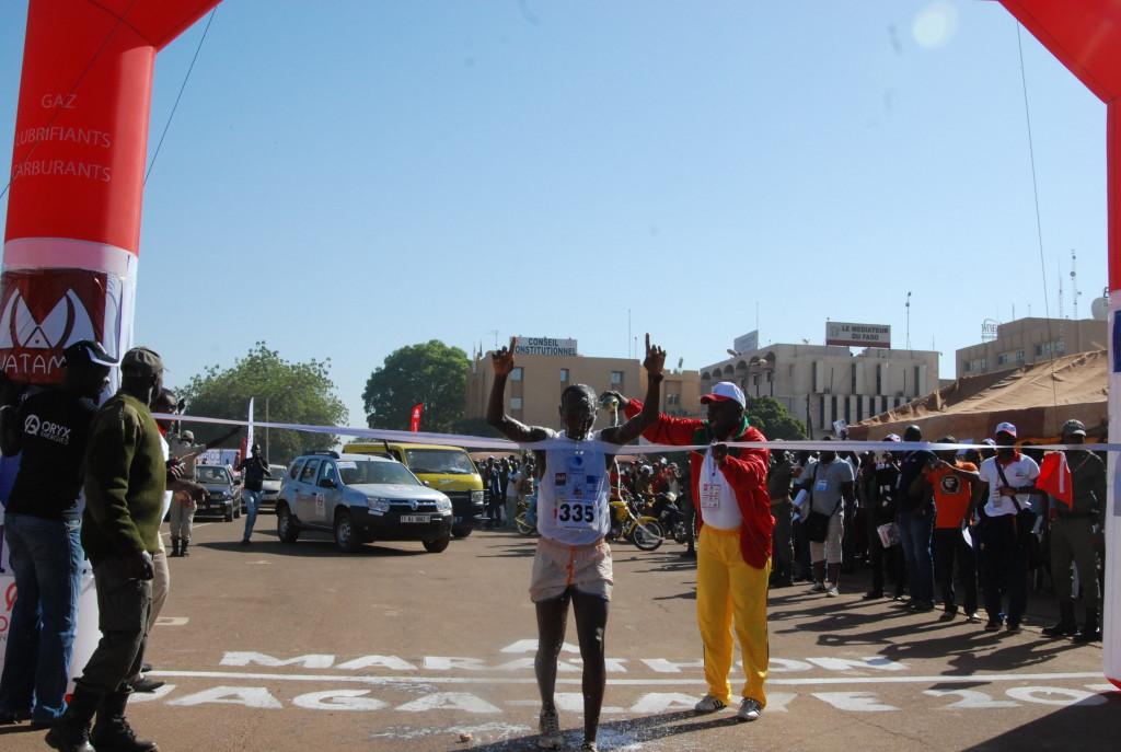 Salifou Guébré, le premier des burkinabè du Marathon Ouaga-Laye 2013 a enfin inscrit son nom au palmarès
