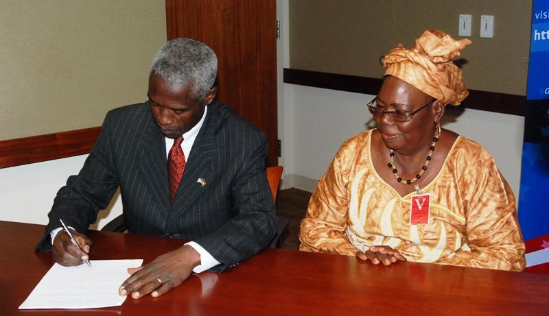 L'ambassadeur americain, signant l'accord de projet avec Suzanne Yaméogo de l'association Kabeela de Ziniaré